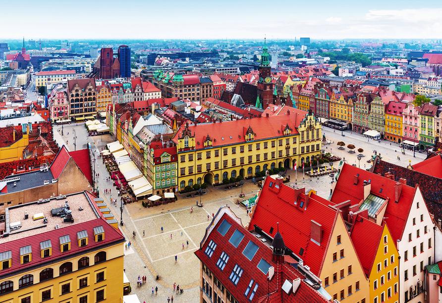 Der große Platz in Breslau ist von bunten historischen Gebäuden umgeben.