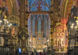 Der Innenraum der Marienkirche mit dem hölzernen Altar in der Mitte begeistert Kunstliebhaber.