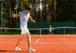 Fordern Sie sich bei einer Partie Tennis heraus.