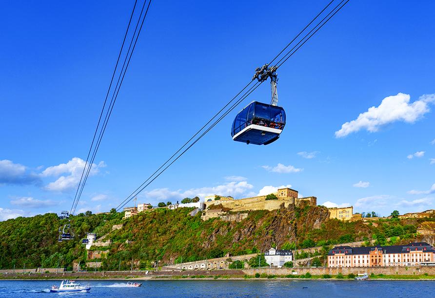 In Koblenz fahren Sie mit der Seilbahn hoch zur Festung Ehrenbreitstein.