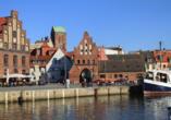 Wenn Sie das Wassertor in Wismar passieren, erreichen Sie den Alten Hafen.