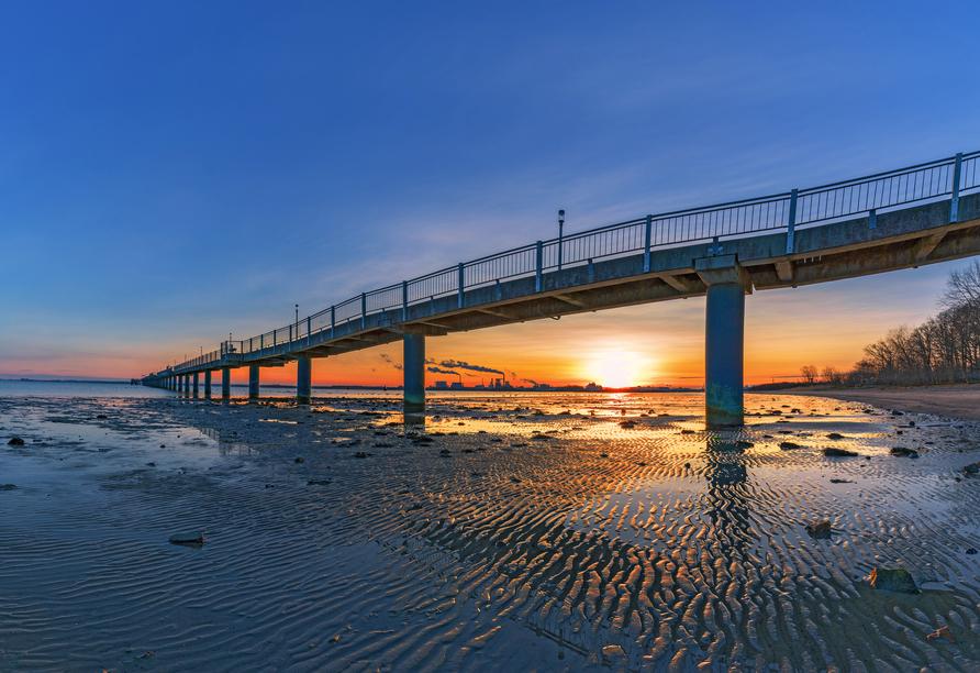 Die Seebrücke Wendorf ragt 350 m in die Ostsee.