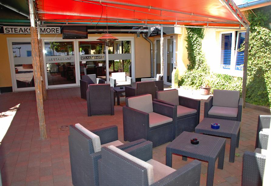Im Außenbereich des Casilino Hotels A20 Wismar lassen Sie es sich auf der Terrasse gut gehen.