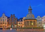 Die Wismarer Wasserkunst und links dahinter das Bürgerhaus