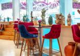 Entspannen Sie in den künstlerisch gestalteten Bars des Hotels.