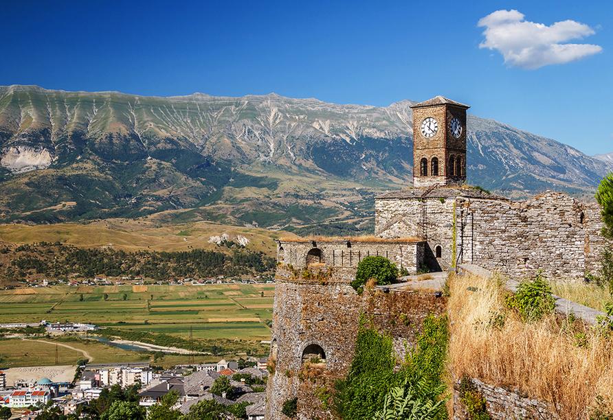 Statten Sie der Burg von Gjirokastra, einer Höhenburg in der gleichnamigen südalbanischen Stadt einen Besuch ab.