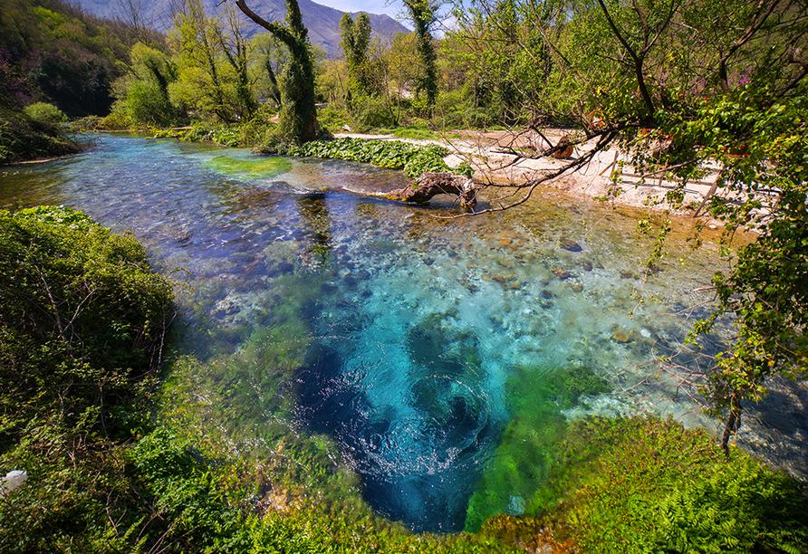 Das Blaue Auge Albaniens, der Bergsee Syri i Kaltër, liegt inmitten idyllischer Natur – ein Ausflug hier her lohnt sich.