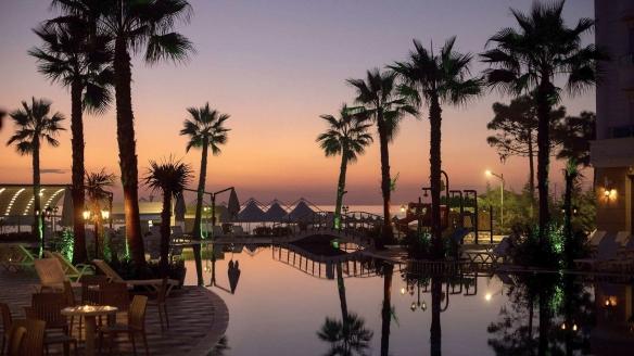 Genießen Sie den Sonnenuntergang am Außenpool des Hotels.