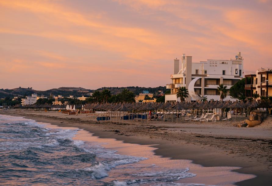 Ein Spaziergang an Golems Strand im Sonnenuntergang vollendet Ihren Urlaub.
