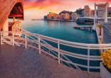 Schlendern Sie entlang der Hafenpromenade von Durrës.
