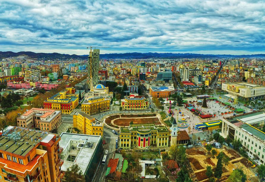 Tirana empfängt Sie mit vielen bunten Hausfassaden und dem großen zentralen Platz.