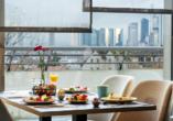 Genießen Sie den Blick auf die Frankfurter Skyline.