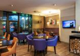In der Bar & Lounge können Sie bei leckeren Getränken gemütlich beisammen sitzen.