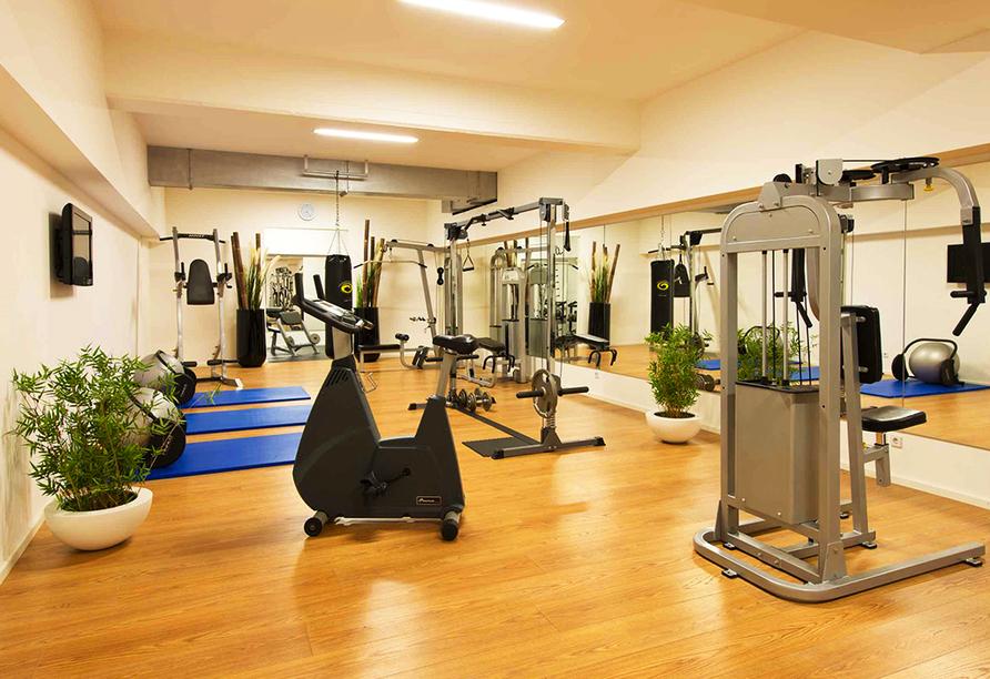 Sportlich können Sie sich im Fitnessraum des Hotels betätigen.