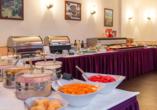 Stärken Sie sich für Ihre Sightseeingtour bei einem reichhaltigen Frühstücksbuffet im AZIMUT Hotel Dresden.