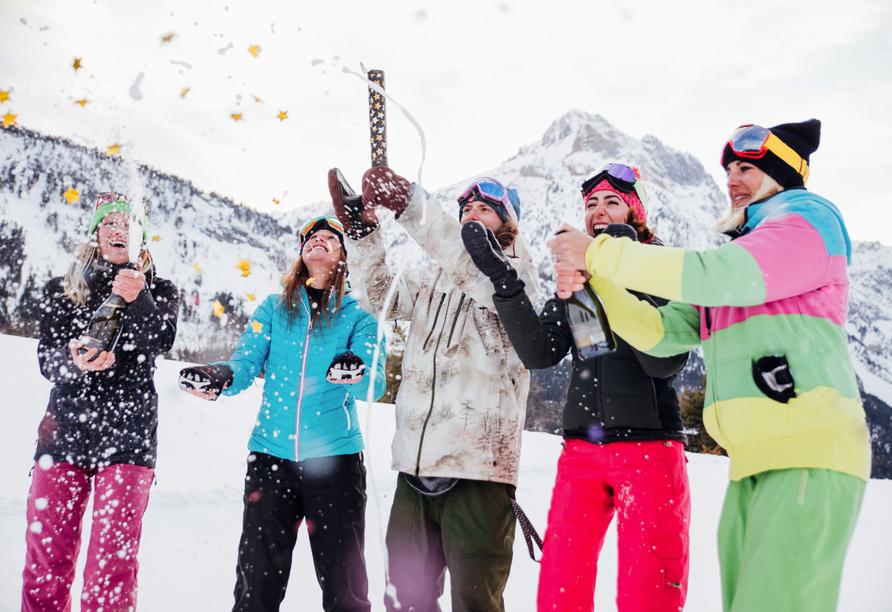 Hotel Bellevue in Seelisberg, Vierwaldstättersee, Schweiz, Freunde im Schnee