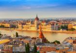 Das Parlamentsgebäude begrüßt Sie direkt an der Donau in Budapest.