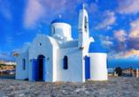 Die St. Nicholas Kirche von Protaras erstrahlt in weiß und blau.