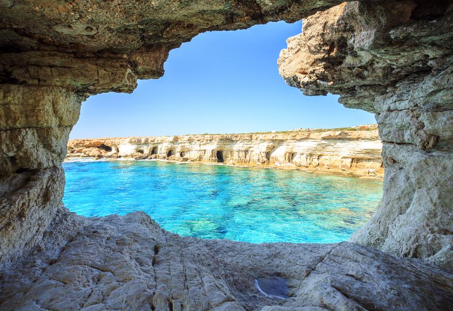 Entdecken Sie Felsbögen und Höhlen bei einer Küstenwanderung.