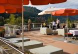 Genießen Sie die Ruhe auf der Sonnenterrasse des Wellnesshotels Rothfuss.