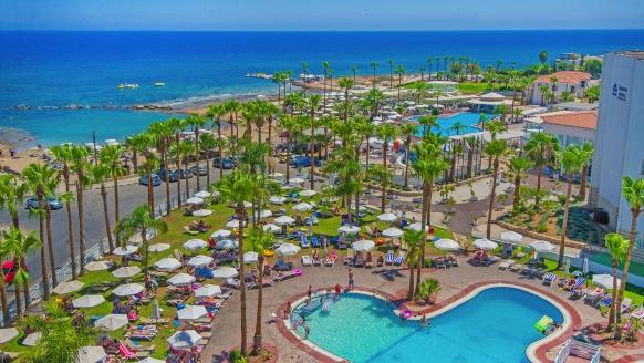 Das Anastasia Beach Hotel & Appartements erwartet Sie in herrlicher Lage.