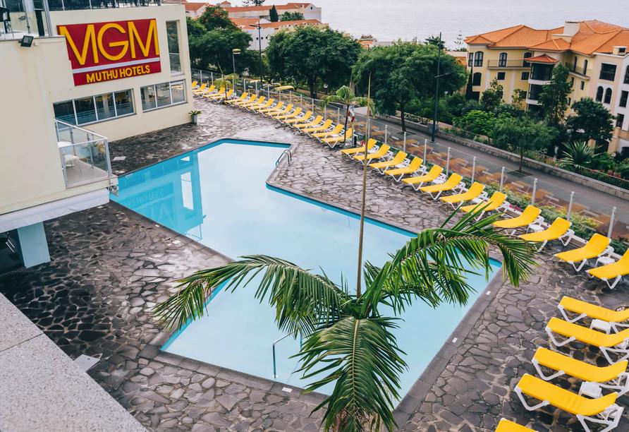 Blick auf den Außenpool des Muthu Raga Madeira Hotels