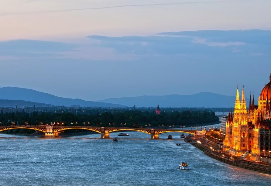 Auf der schönen blauen Donau begrüßt Sie Ihr Urlaubsschiff MS Albertina.