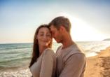 Kombination aus Städteerlebnis und unberührtem Urlaubsparadies, Paar am Strand