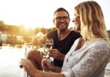 Kombination aus Städteerlebnis und unberührtem Urlaubsparadies, Paar mit Wein