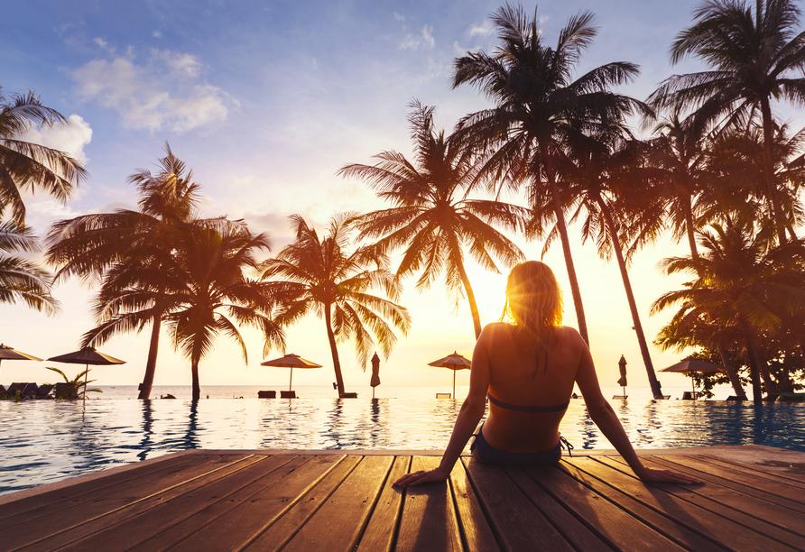 Kombination aus Städteerlebnis und unberührtem Urlaubsparadies, Frau am Strand