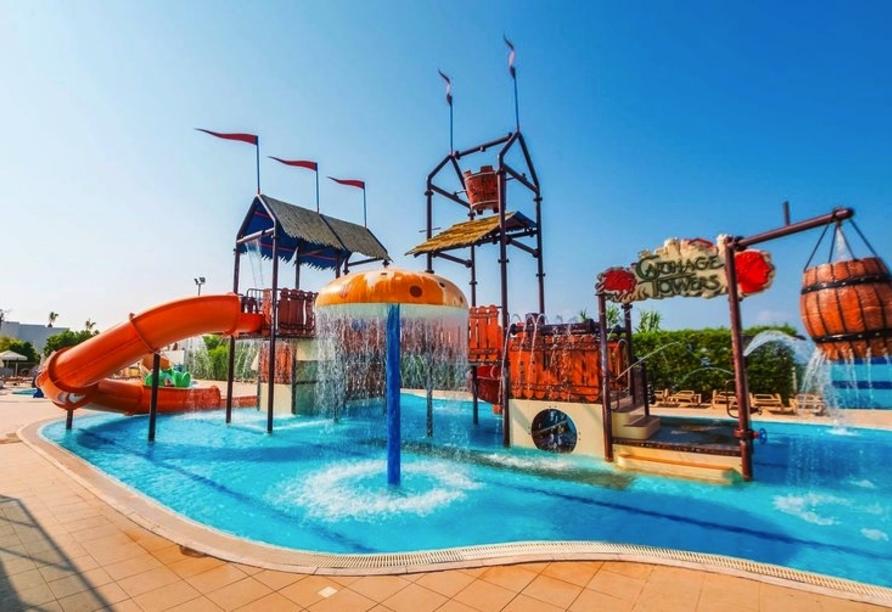 Die kleinen Gäste dürfen sich auf den Kinderpool mit Wasserrutsche freuen.