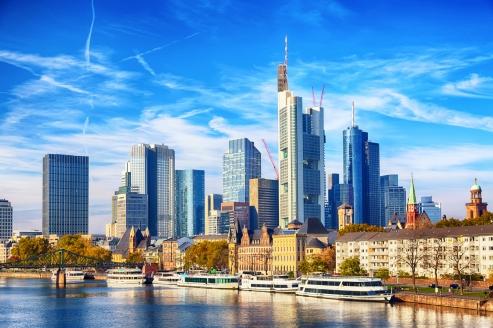 Die Frankfurter Skyline beeindruckt schon von Weitem.