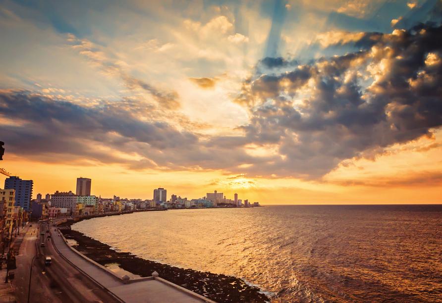Kombination aus Städteerlebnis und unberührtem Urlaubsparadies, Uferpromenade Malecón