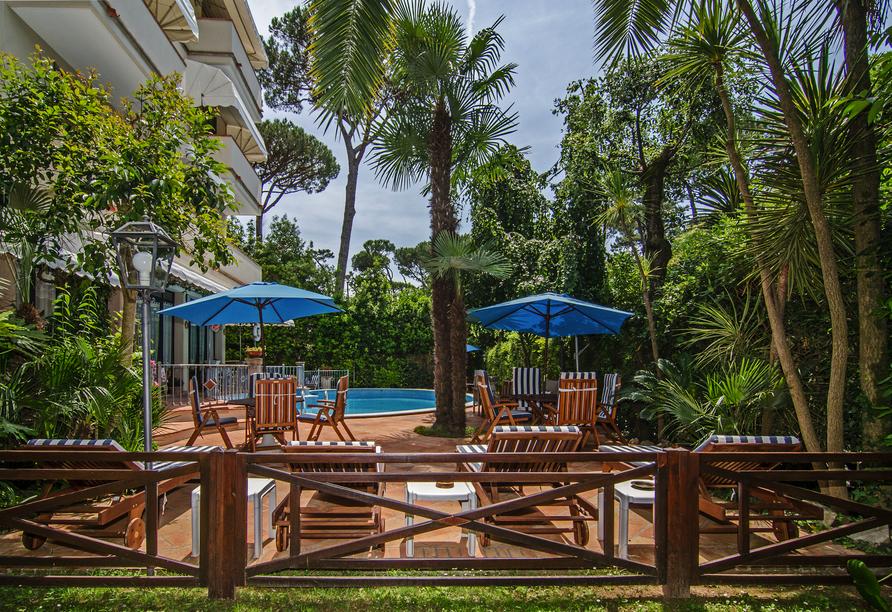 Entspannen Sie im Außenbereich des Hotels Kyrton.