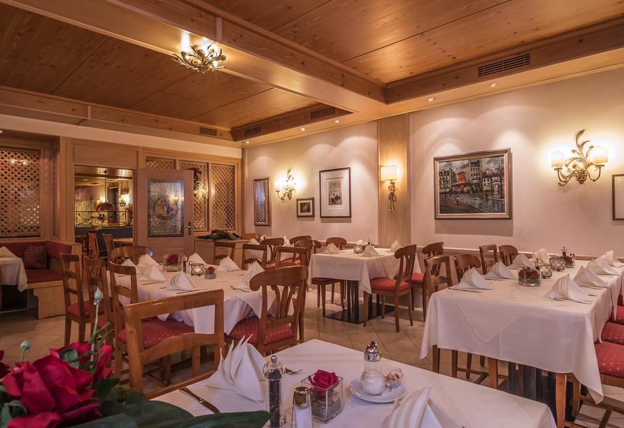 Im stilvollen Restaurant werden Sie mit leckeren Speisen verwöhnt.