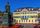Bonn ist die Geburtsstadt Beethovens. Das Beethoven-Denkmal auf dem Münsterplatz ehrt den Komponisten.