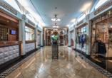 Die Lobby mit Rezeption und kleiner Boutique an Bord von MS VIVA TIARA