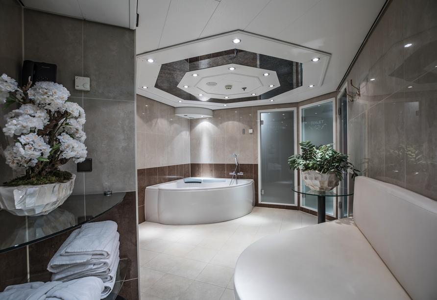 Entspannen Sie im Wellnessbereich mit Whirpool, Sauna und Dampfbad an Bord von MS VIVA TIARA.