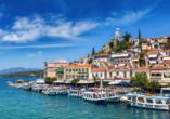 Blick auf die malerische Hafenstadt Poros