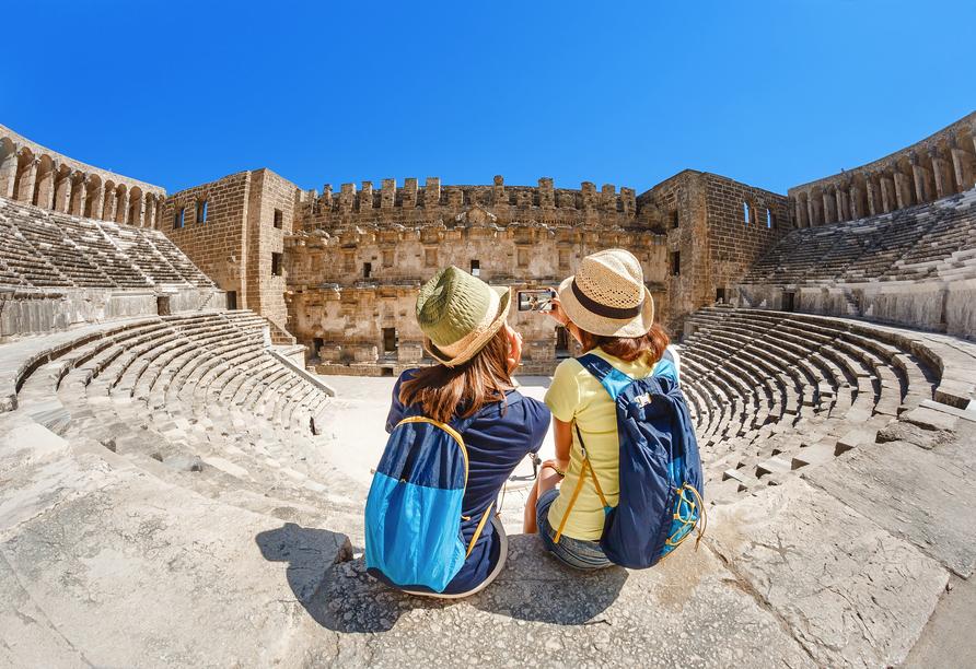 Das Odeon des Herodes Atticus ist ein antikes Theater am Fuß des Akropolis-Felsens in Athen.