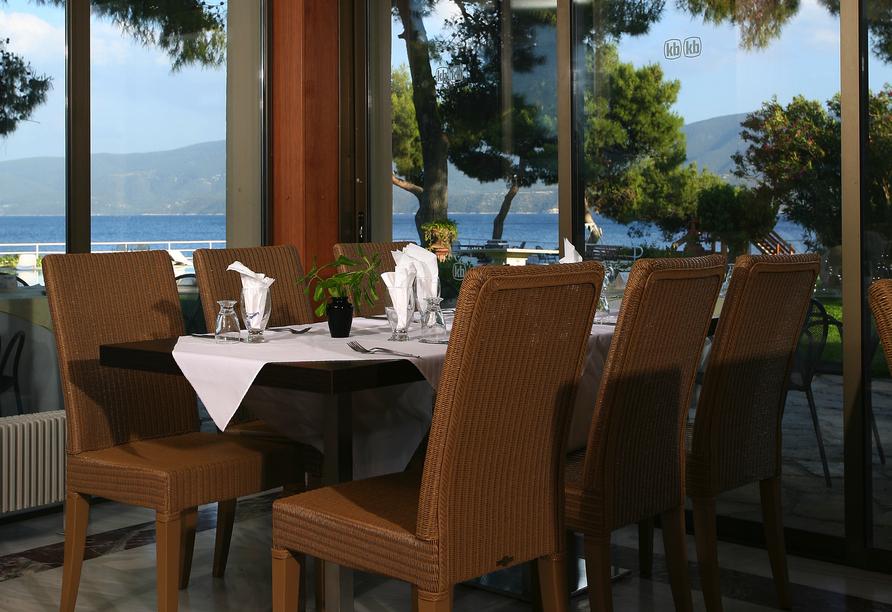 Im Restaurant des Hotels Kalamaki Beach genießen Sie einen herrlichen Blick auf das Meer.