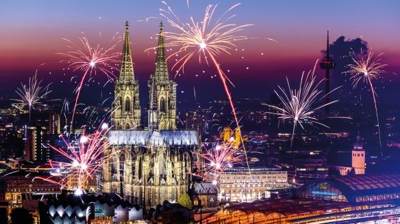 An Silvester wird der Kölner Nachthimmel in ein spektakuläres Farbenmeer getaucht.