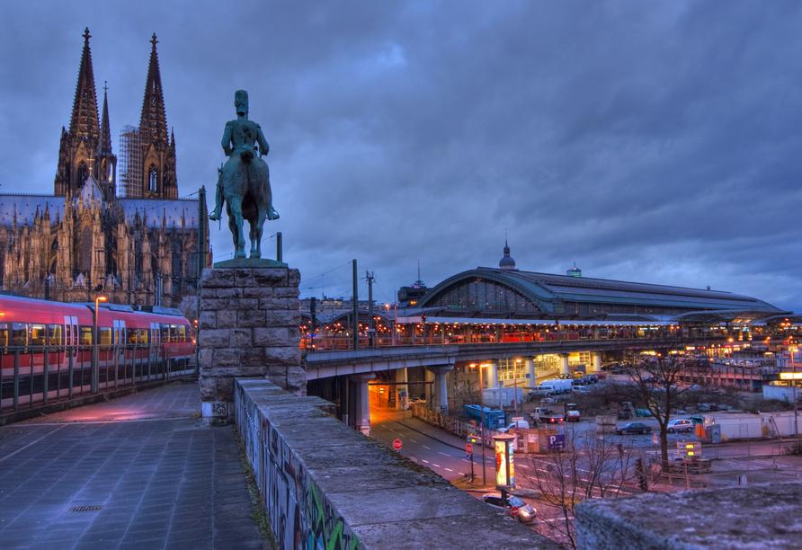 Direkt an den Kölner Dom grenzt der große Hauptbahnhof.
