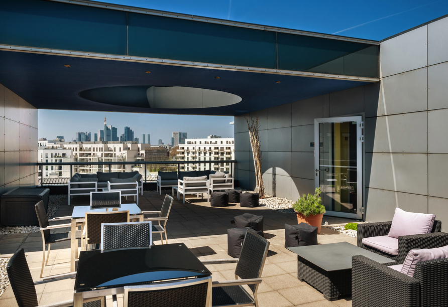 Entspannen Sie vor Ihrer Flusskreuzfahrt auf der Dachterrasse des Plaza Hotels & Living in Frankfurt.