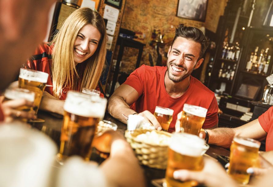 Die legendäre Bar- und Kneipenszene Kölns lockt viele Menchen an.