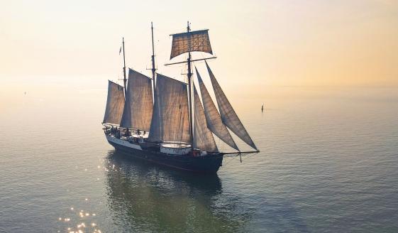 Das Segelschiff Leafde fan Fryslân heißt Sie auf dem Wattenmeer willkommen.