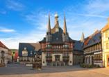 Der Marktplatz von Wernigerode besticht durch die farbenfrohen Fachwerkhäuser.