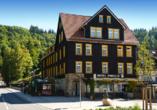 Außenansicht des Ferienhotels Forelle in Treseburg.