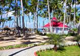 Die schöne Anlage liegt direkt am Strand.