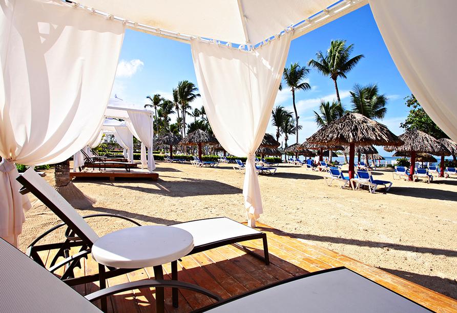 Entspannen Sie am Strand auf einer der Sonnenliegen.